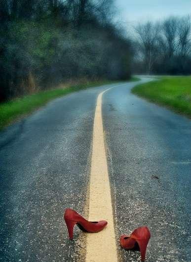 Чому на дорозі валяються черевики: Пояснення