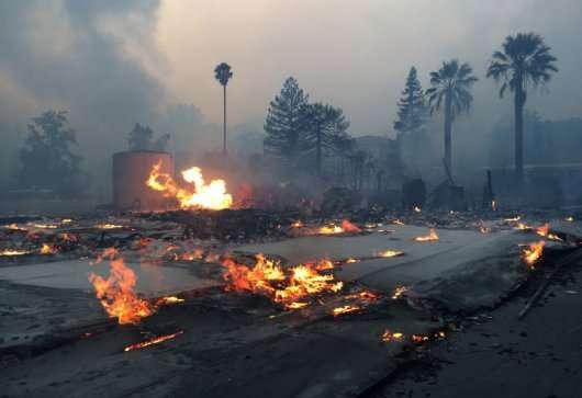 На згарищі величезної пожежі листоноша розвозить листа: Відео