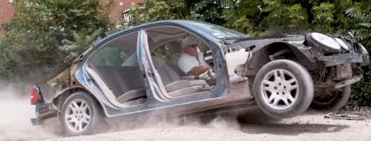 Ось що відбувається, коли ваша машина потрапляє у велику яму на дорозі