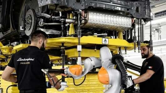 Як збирають перший позашляховик Lamborghini: Відео