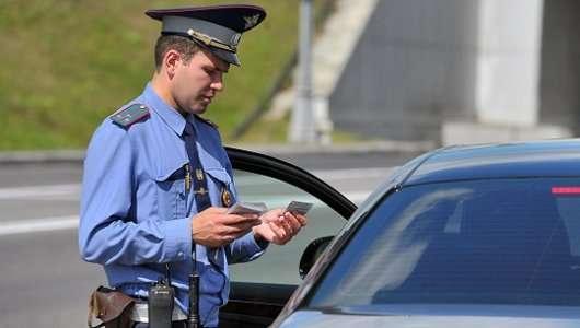 Потрібно виходити з автомобіля на вимогу інспектора ДПС