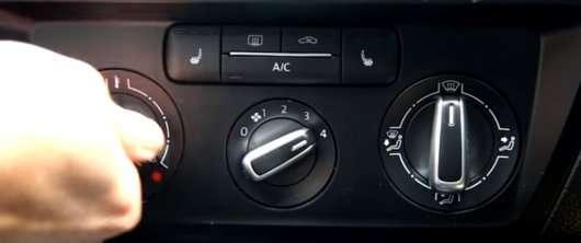 Ось як швидко прибрати запотівання скла в машині