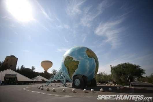 Що не так з цим світом? Фотографія одного автомобіля з Абу Дабі