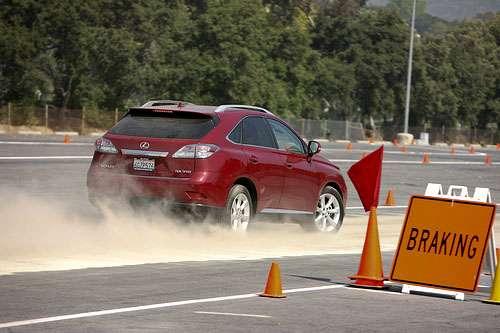 Чому із зростанням швидкості, гальмівний шлях збільшується пропорційно?