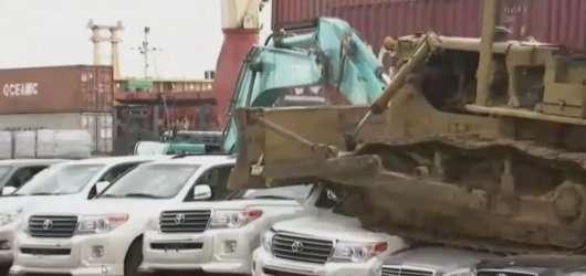 Незаконно ввезені на Філіппіни автомобілі пустили під бульдозер