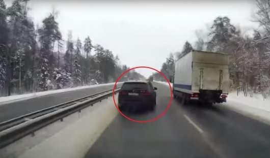 Водій BMW X5 зіштовхнув з дороги вантажівка