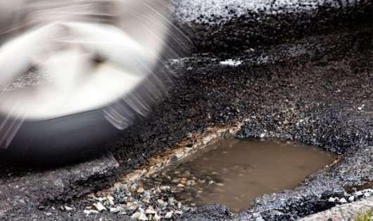 Хто несе відповідальність за ремонт автомобіля, який потрапив у яму на дорозі